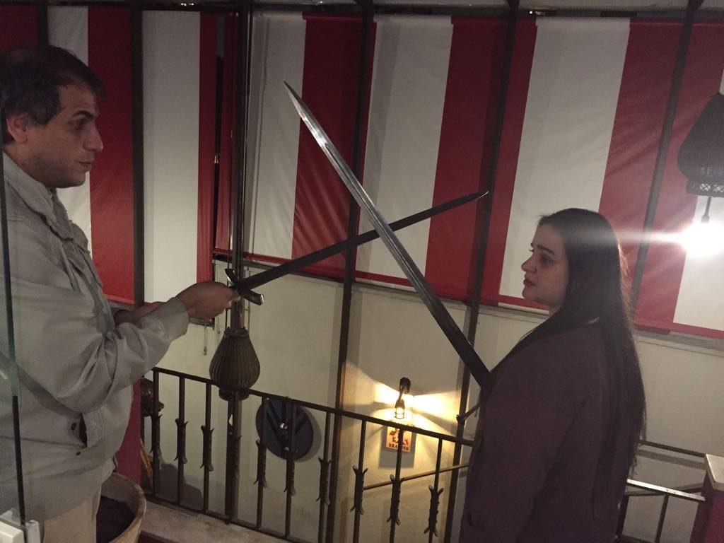 Atena e Marlon duelando com espadas