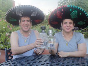 Atena e Marlon brindando com tequilla e usando sombreros