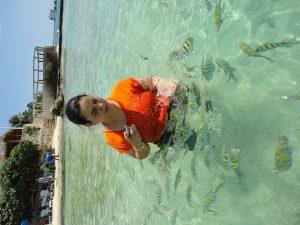 Atena nadando com peixes