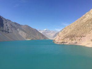Embalse azulado entre as montanhas