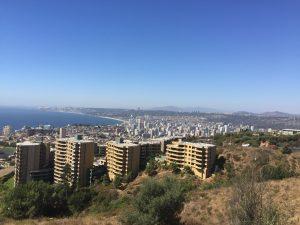 Vista de Viñha del Mar com prédios e oceano