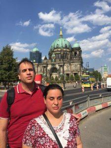 Atena e Marlon em frente à catedral de Berlin