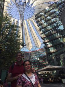 Atena e Marlon em frente ao Sony Center, na Potsdamer Platz